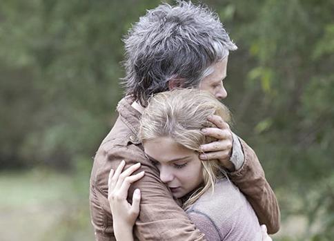 リジーを抱きしめるキャロル