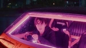 派手な車で走るケイト