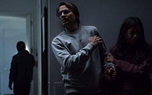 Netflix映画『イントリュージョン/侵入』侵入者から逃げるヘンリーとミーラ