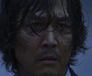 第9話で雨の中イカゲームをする主人公
