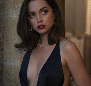 セクシーなドレスのボンドガール・パロマ(アナ・デ・アルマス)