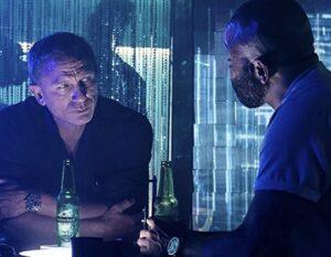 話をするボンドとフェリックス映画『007ノータイム・トゥ・ダイ』