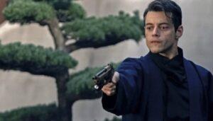 日本庭園で銃を放つヴィランサフィン役の俳優ラミ・マレック
