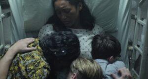 ベッドでみんなと抱き合うマカニ