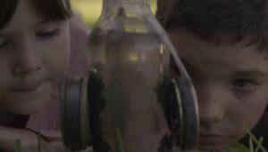 砂鉄の実験をするニナとダヴィド